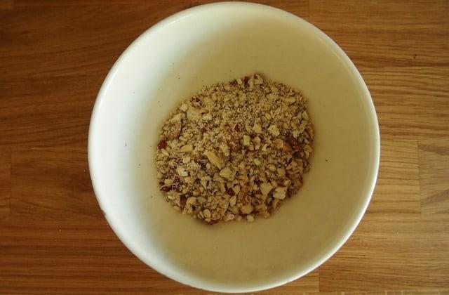 Mit einem Pürierstab zerkleinerte Nüsse